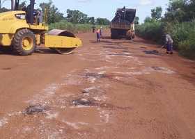 Além da roçagem e da limpeza do sistema de drenagem, rodovia também recebe operação tapa-buracos