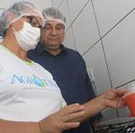 Dona Valdyrene em demonstração simbólica da pesagem do produto