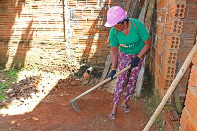 Maglene Figueiredo limpa espaço para construção da calçada