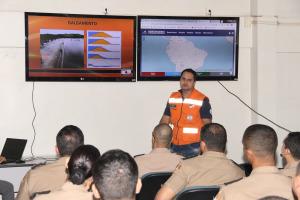 Capitães da Policia Militar assistem palestra sobre Segurança em Barragem, com o major Zerbini, da Defesa Civil Estadual