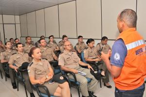 Oficiais da Polícia Militar durante palestra com o major Alex Matos