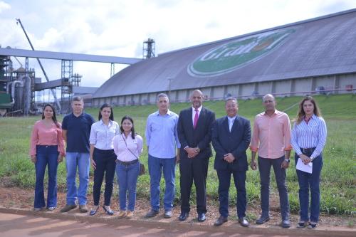 Secretário com executivos da Granol e técnicos da Sics durante visita ao complexo industrial da empresa