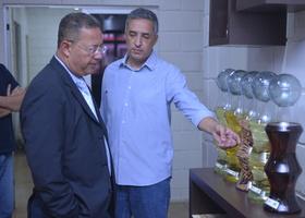 Gerente Industrial da Granol, Marcelo Landa, apresenta produtos produzidos pela unidade de Porto  Nacional ao secretário Tom Lyra