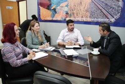 Professora Elizabeth Toledo, professora Darlene Teixeira, professor Augusto Rezende e o professor Alan BITAR, durante a reunião.