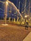 Bombeiros militares em combate às chamas na subestação de energia elétrica