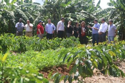 Halum com a comitiva em visita ao Centro Agrotecnológico