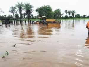 Trator agrícola fica parcialmente submerso com cheia de rio em Araguatins