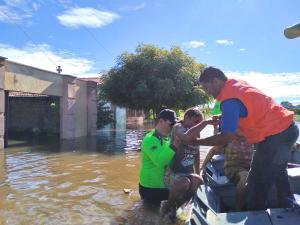 Moradores de áreas alagadas recebem apoio da Defesa Civil Estadual e Corpo de Bombeiros Militar