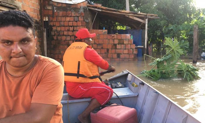 Com uso de embarcação, membros da Defesa Civil Estadual levam socorro às vítimas das inundações