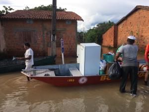 Ajuda ocorre com uso de embarcação, para transporte de pessoas e pequenos objetos