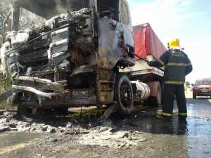 Trabalho dos bombeiros militares debela chamas em carreta, na BR-153, em Colinas