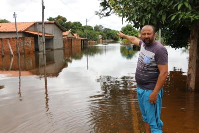 """Samuel Cardozo, 48 anos, conta que viu a casa dele, do dia para noite, ficar em baixo d'água e perder quase tudo que conquistou com muito trabalho. """"Essa enchente do rio Lontra está sendo uma das maiores dos últimos 40 anos, de uma hora para a outra encheu tudo"""", contou."""
