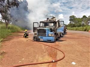 Bombeiro militar combate incêndio em caminhão na BR-153