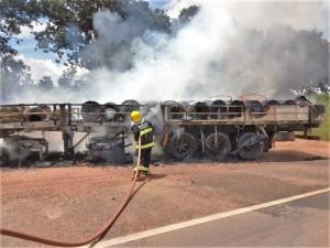 Carga com bobinas de arame ficou parcialmente destruída pelas chamas