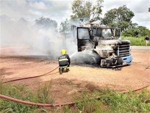 Carreta carregada com bobinas de arame pega fogo na BR-153