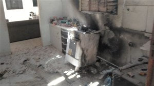 Cozinha da residência ficou praticamente destruída pelo fogo