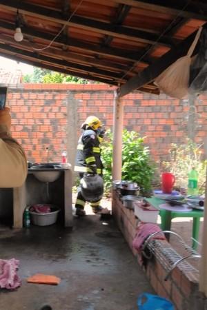 Após o fogo debelado, bombeiros orientaram moradores sobre cuidados com esse tipo de utensilio