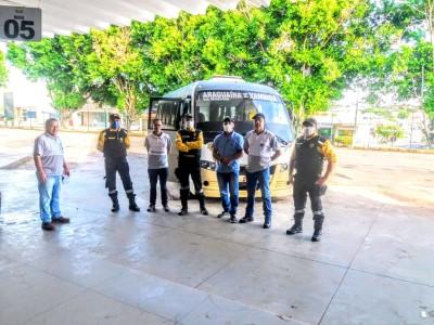 Agentes de fiscalização do Detran ATR e BPMRED em terminal rodoviário