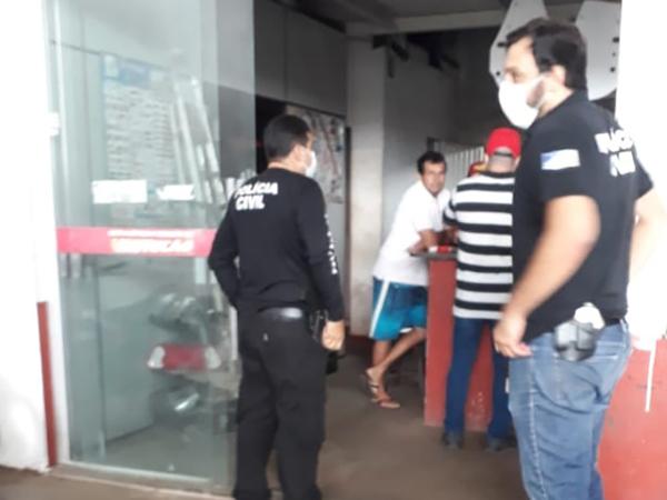 Policiais civis fiscalizam cumprimento de decreto do Governo do Estado em comércio de Gurupi