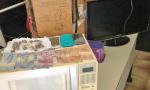Foram encontrados objetos do furto e drogas prontas para comercialização (20 papelotes de crack e 18 petecas de maconha), além de dinheiro e celulares
