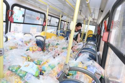A entrega dos alimentos e materiais de higiene pessoal está seguindo a disponibilidade das distribuidoras na montagem dos kits