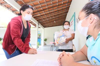 As entregas estão organizadas pelas unidades escolares seguindo as orientações do Ministério da Saúde e da OMS