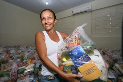 A expressão da cabeleireira Silvana Martins traduz a alegria em receber um dos kits