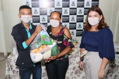 A titular da Seduc, Adriana Aguiar, destacou a importância do trabalho dos diretores escolares na entrega dos kits