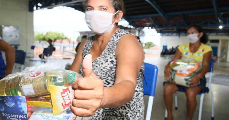 Feliz com o kit que recebeu, a trabalhadora rural e dona de casa Maria de Fátima retorna para o seu lar