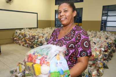 A dona de casa Maria Acássio de Oliveira Conceição comemorou a entrega dos kits