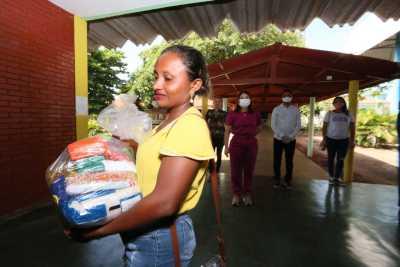 A trabalhadora rural Rosa José de Sousa comemorou o recebimento do kit do seu filho