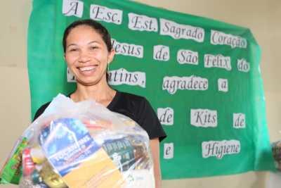 A auxiliar de serviços gerais Ivonita Dias Lima tem dois filhos matriculados na rede estadual e comemorou a chegada dos kits