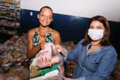 A titular da Seduc, Adriana Aguiar, vem acompanhando de perto a entrega dos kits nas unidades de ensino