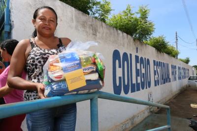 Mãe de aluno recebe kit de alimentação e higiene pessoal em Tocantinópolis