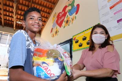 Secretária Adriana Aguiar entrega kit a aluno da Escola Estadual Vicente Carlos, de Buriti
