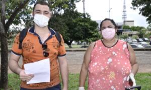 O estudante Marcos André Tomas Belisário reencontra a mãe, Claudia Maria da Silva