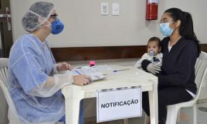 A estudante Luana Lima do Nascimento e seu bebê foram atendidos por profissionais da SES