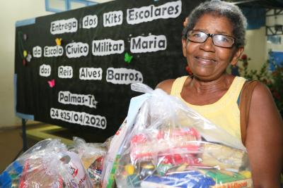 Raimunda Pereira dos Santos é responsável pelo neto que está matriculado na Escola Cívico Militar Maria dos Reis Alves Barros, ela comemorou a chegada dos kits