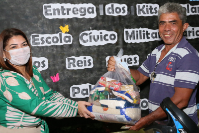 A titular da Seduc, Adriana Aguiar, vem acompanhando a entrega dos kits em todas as Regionais
