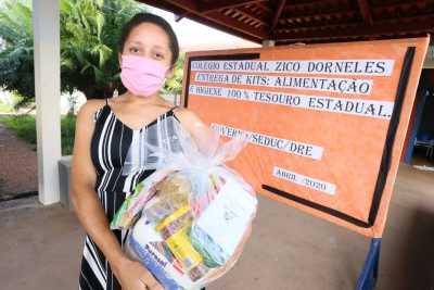 A estudante do 3º ano do Colégio Estadual Zico Dorneles, em Juarina, Flávia Lima da Silva, comemorou o recebimento dos kits