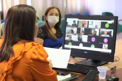 Secretária Adriana em reunião virtual com os diretores das seis regionais contempladas com as formações