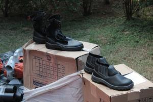Coturnos e botinas que serão usadas no combate a incêndios nas UCs