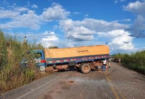 Caminhão saiu da pista com o acidente. Motorista não se feriu