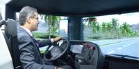 Presidente do Detran-TO, Cláudio Alex Vieira, experimenta simulador de caminhão bi-trem