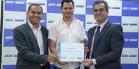 Presidente Cláudio Alex com diretor do Sest/Senat Palmas, Mauro Carvalho e um formando do curso de Atualização para Condutores de Veículo de Transporte de Passageiros