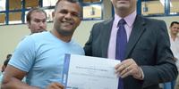 Presidente Cláudio Alex entrega certificado ao aluno do Sest/Senat