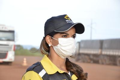 Agende de fiscalização usando máscara descartável