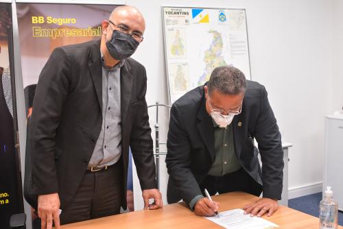 Diante de Raul Abu Bacr, Tom Lyra assinou a formalização do projeto