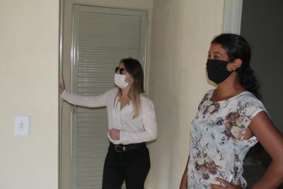 Mãe de cinco filhos, Gardênia teve a casa apresentada pela secretária Juliana Passarin