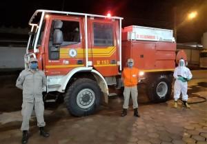 Os trabalhos começaram na noite desta segunda-feira, envolvendo dezenas de bombeiros militares, viaturas e equipamentos